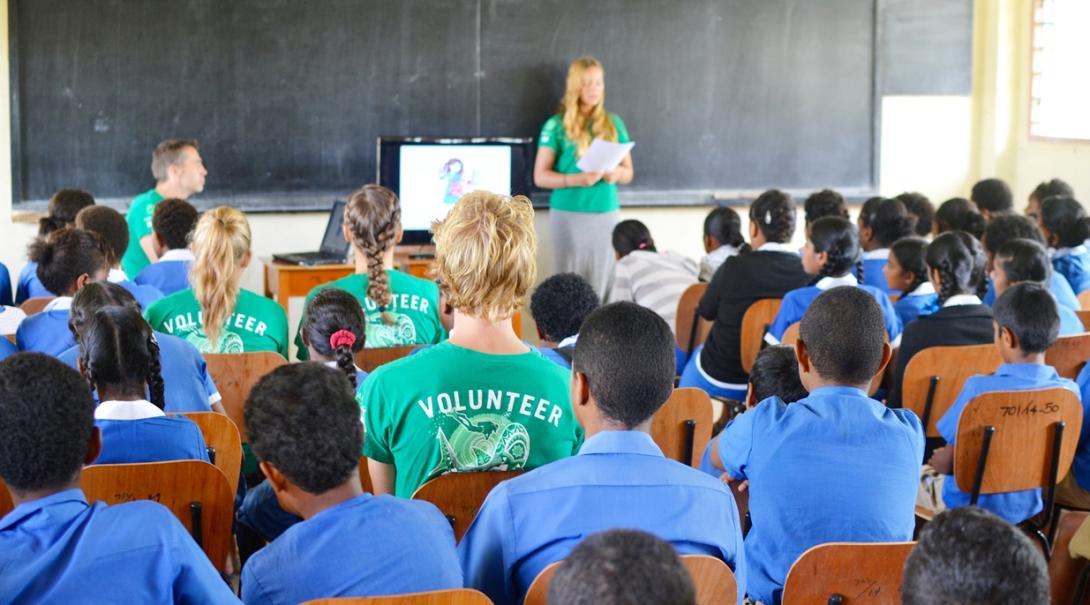 フィジーの地元の学校で子供たちに環境保護教育を行う高校生ボランティアたち